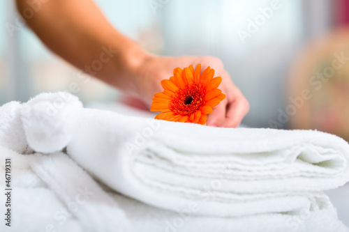 canvas print picture Frau beim Zimmerservice im Hotel