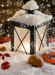 Leuchtende Laterne mit Schnee und Sternen