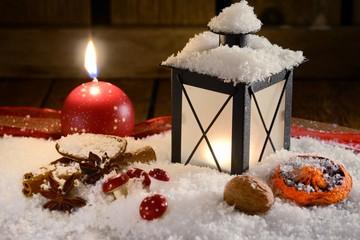 Gewürze und Laterne zu Weihnachten mit Kerze