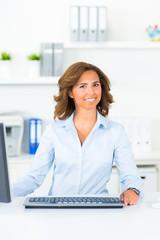 hübsche geschäftsfrau am computer