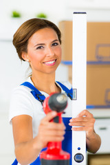 heimwerkerin mit werkzeug in der hand