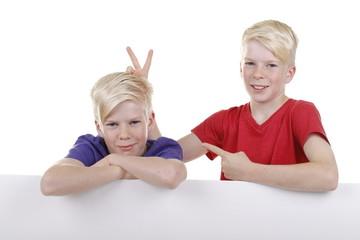 Zwei blonde Zwillinge machen Spaß