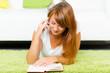 studentin telefoniert beim lesen