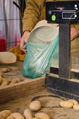 Händler verpackt Kartoffeln