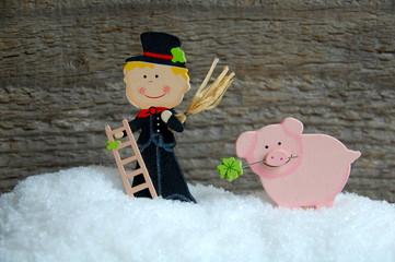 Schornsteinfeger und Glücksschwein im Schnee