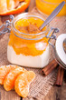 Mandarinendessert mit Zimt im Glas