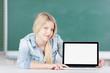 schülerin zeigt laptop-bildschirm