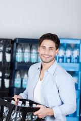 mann kauft eine kiste wasser