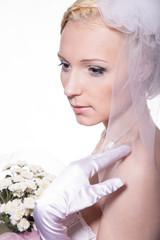 Невеста смотрит в сторону, фото в студии