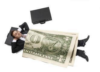 Exitoso hombre de negocios arropado con un billete de dólar.