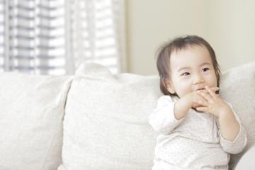 座り 笑顔の赤ん坊