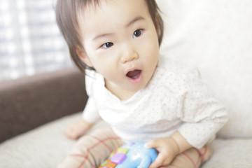 玩具で遊ぶ赤ん坊
