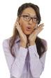 Hübsche Büroangestellte erstaunt mit den Händen am Gesicht