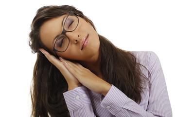 Frau schläft im Stehen mit Kopf seitlich auf ihren Händen
