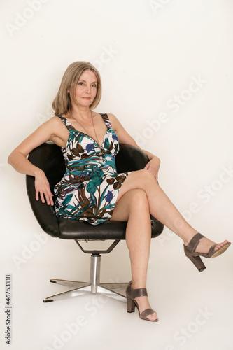Ältere Dame im Sessel