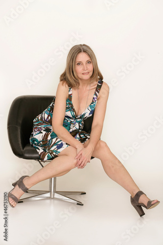 Älteres Model im schwarzen Sessel