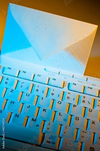 Computer Tastatur und Kuvert. E-mail.