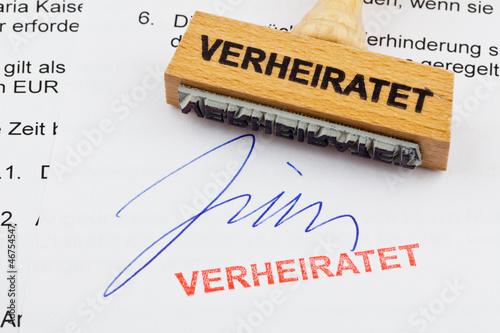 Holzstempel auf Dokument: Verheiratet