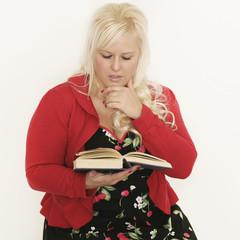 Blonde Frau liest ein Buch
