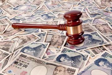 Auktionshammer und Yen Geldscheine aus Japan