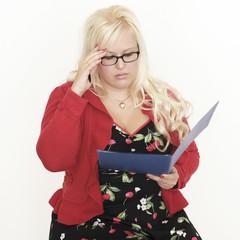 Blone Frau mit Bewerbungsmappe