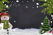 Kreidetafel mit Weihnachtsdekoration und Schnee und Tanne