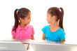 パソコンを楽しむ姉妹