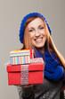 Hübsche Frau überreicht Geschenke