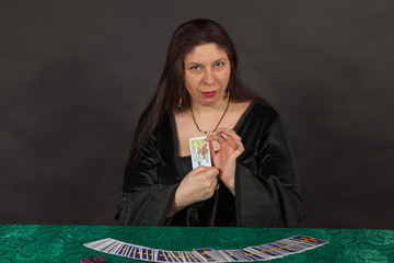 Eine Frau legt Tarot Karten