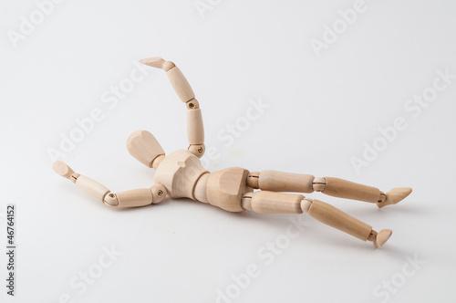 Eine Zeichenpuppe, am Boden liegend nach einem Sturz