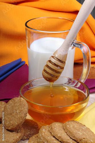Miele e latte con biscotti ai cereali