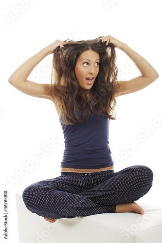 Hübsche Frau greift schreiend in ihre langen Haare