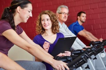 Fitnesstrainerin betreut Kundin
