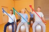 Senioren trainieren mit Gymnastikband