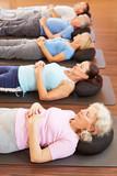 Gruppe bei Entspannung im Fitnesscenter