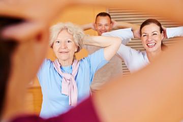 Fitnesstrainer gibt Kurs für Seniorensport
