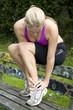 Junge Frau mit Schmerzen im Fußgelenk