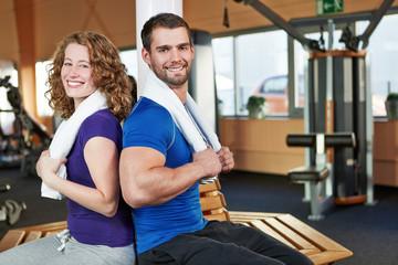 Freunde gemeinsam im Fitnesscenter