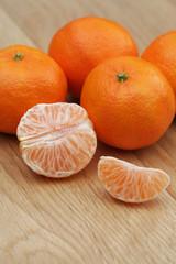 mandarini su tavolo di legno