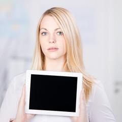 frau zeigt tablet-pc