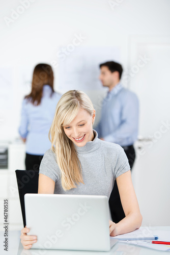 geschäftsfrau arbeitet am laptop