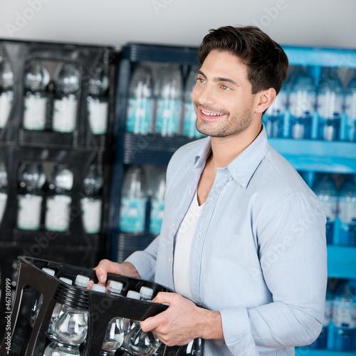 mann kauft im getränkemarkt