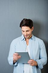mann schaut auf tablet-pc