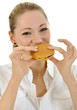 Junge Frau isst Hamburger