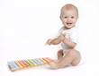 niemowle grające na cymbałkach