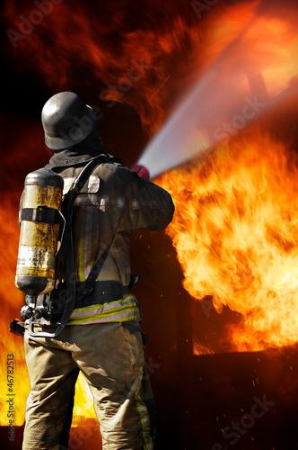 Feuerwehrmann im Löscheinsatz - Feuerwehr Brandbekämpfung