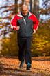 Joggender Senior im Herbst