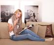 erschrockene Frau liest Zeitung