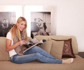 Mädchen liest eine Zeitschrift