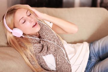 Mädchen mit Kopfhörern singt